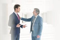 Hommes d'affaires ayant la discussion dans le nouveau bureau Images stock