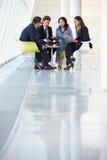 Hommes d'affaires ayant le contact dans le bureau moderne Photographie stock libre de droits