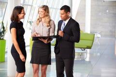 Hommes d'affaires ayant le contact informel dans le bureau moderne photos libres de droits