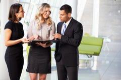 Hommes d'affaires ayant le contact informel dans le bureau moderne photos stock
