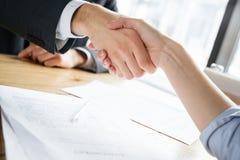 Hommes d'affaires ayant le déjeuner d'affaires au restaurant se reposant se serrant la main photographie stock libre de droits