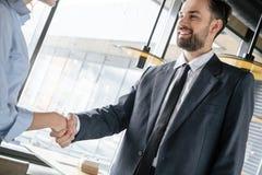 Hommes d'affaires ayant le déjeuner d'affaires au restaurant se tenant se serrant la main photographie stock libre de droits