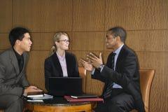 Hommes d'affaires ayant une discussion image libre de droits