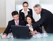 Hommes d'affaires ayant une discussion Photographie stock libre de droits