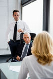 Hommes d'affaires ayant une réunion dans le bureau Photographie stock