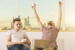 Hommes d'affaires beaux célébrant le succès Images libres de droits