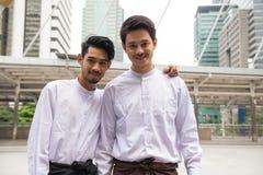 Hommes d'affaires beaux de la Birmanie en ville Image stock