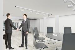 Hommes d'affaires beaux se serrant la main image libre de droits