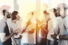 Hommes d'affaires brouillés qui travaillent ensemble dans le bureau Concept de travail d'équipe et d'association Images libres de droits