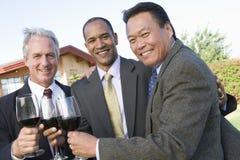 Hommes d'affaires célébrant le succès avec du vin Photo libre de droits