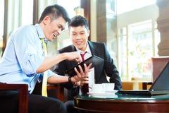 Hommes d'affaires chinois lors de la réunion d'affaires dans l'hôtel Photos libres de droits
