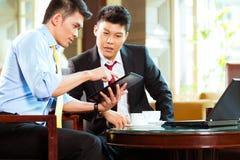 Hommes d'affaires chinois lors de la réunion d'affaires dans l'hôtel Photo stock