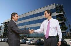 Hommes d'affaires clôturant une affaire Photos libres de droits