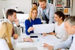 Hommes d'affaires collaborant au bureau Image stock