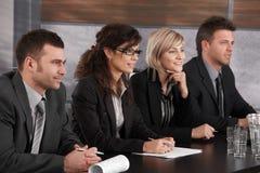 Hommes d'affaires conduisant l'entrevue d'emploi Photo libre de droits