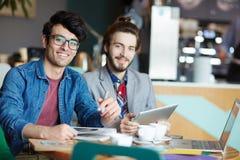 Hommes d'affaires créatifs occasionnels se réunissant en café Photo libre de droits