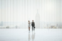 Hommes d'affaires dans l'intérieur abstrait Images stock