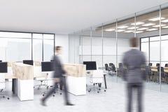 Hommes d'affaires dans l'intérieur de bureau Photos stock