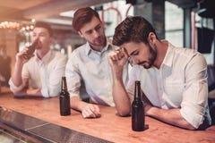 Hommes d'affaires dans la barre Photographie stock