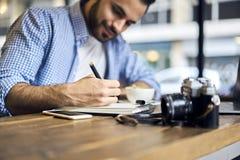 Hommes d'affaires dans la chemise bleue trouvant la solution créative travailler dans le studio photographie stock libre de droits