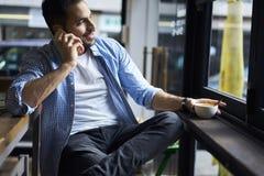 Hommes d'affaires dans la chemise bleue utilisant l'Internet 4G sans fil Photos stock