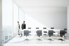 Hommes d'affaires dans la salle de conférence Images libres de droits