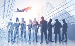 Hommes d'affaires dans la ville, avion photographie stock