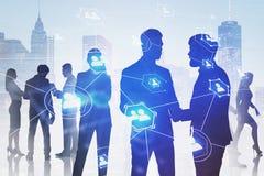 Hommes d'affaires dans la ville, réseau social image stock