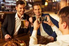 Hommes d'affaires dans le bar Photographie stock