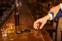 Hommes d'affaires dans le bar Images libres de droits