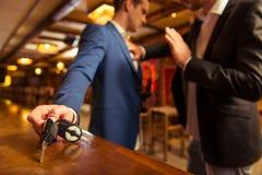 Hommes d'affaires dans le bar Images stock