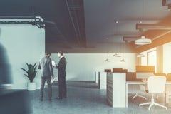 Hommes d'affaires dans le bureau industriel de style, gris Photos libres de droits
