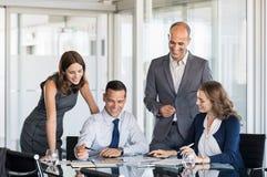 Hommes d'affaires dans le lieu de réunion Image libre de droits
