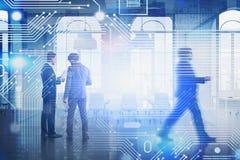 Hommes d'affaires dans le lieu de réunion, réseau image stock
