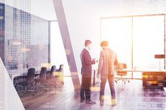 Hommes d'affaires dans un lieu de réunion, modifié la tonalité Photo stock