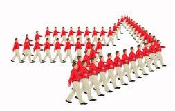 Hommes d'affaires de marche dans la flèche indicatrice de flèche rouge de chemises Images stock