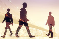 Hommes d'affaires de marche sur le fond de ville illustration de vecteur