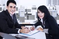 Hommes d'affaires de sourire après la signature du contrat d'affaires Photographie stock libre de droits
