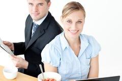 Hommes d'affaires de sourire avec l'ordinateur portatif et le journal Photo libre de droits