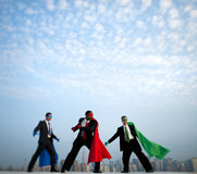 Hommes d'affaires de super héros devant New York City Photos stock