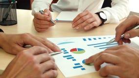 Hommes d'affaires discutant des graphiques de gestion banque de vidéos