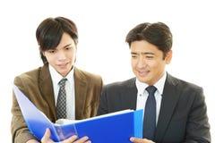 Hommes d'affaires discutant des plans Photographie stock