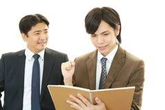 Hommes d'affaires discutant des plans Photo libre de droits