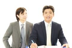 Hommes d'affaires discutant des plans Photo stock