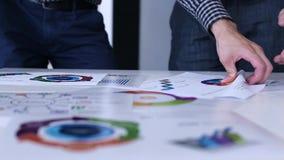 Hommes d'affaires discutant des statistiques financières banque de vidéos
