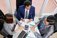 Hommes d'affaires discutant la commercialisation à se réunir photo stock