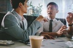 Hommes d'affaires discutant le nouveau projet en café image stock