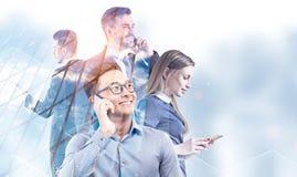Hommes d'affaires divers aux téléphones, gratte-ciel illustration stock