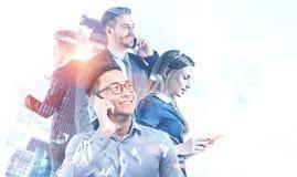Hommes d'affaires divers aux téléphones, ville illustration de vecteur