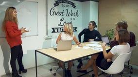 Hommes d'affaires divers se réunissant faisant un brainstorm l'équipe Fille dans la chemise rouge présentant la stratégie réussie clips vidéos
